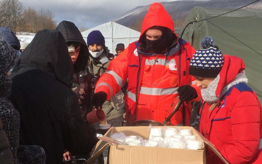 Rot-Kreuz-Mitarbeiter versorgen Geflüchtete an die biosnisch-herzegowinischen Grenze